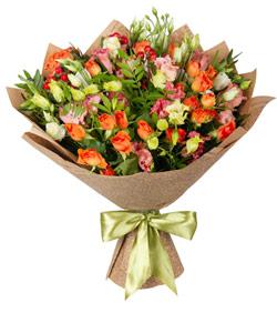 """Букет из цветов """"Букет из эустом и кустовых роз"""" 30 - 40 см."""